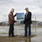 Guus Rondagh en Leks Verzijlbergh tonen de campus van Calatrava